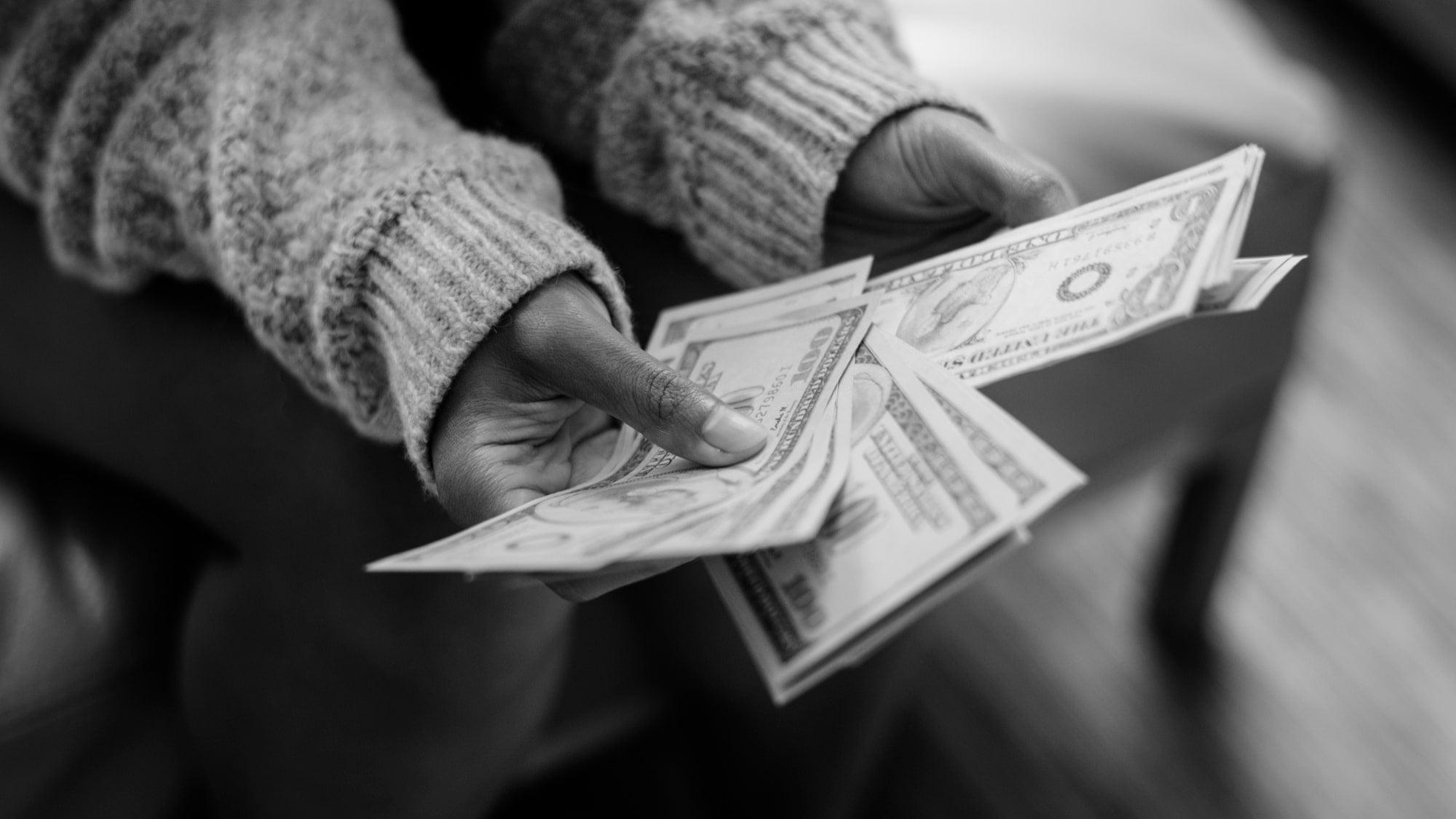 Nainen laskemassa rahoja